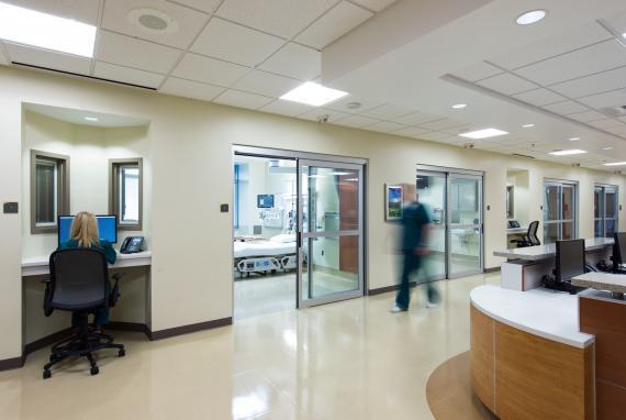 遵循循证设计理念,考虑到安全和工作人员的工作量,护士站临近加护病房。.jpg