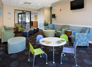 图为依赖医疗集团为儿童和成人分别提供的候诊室