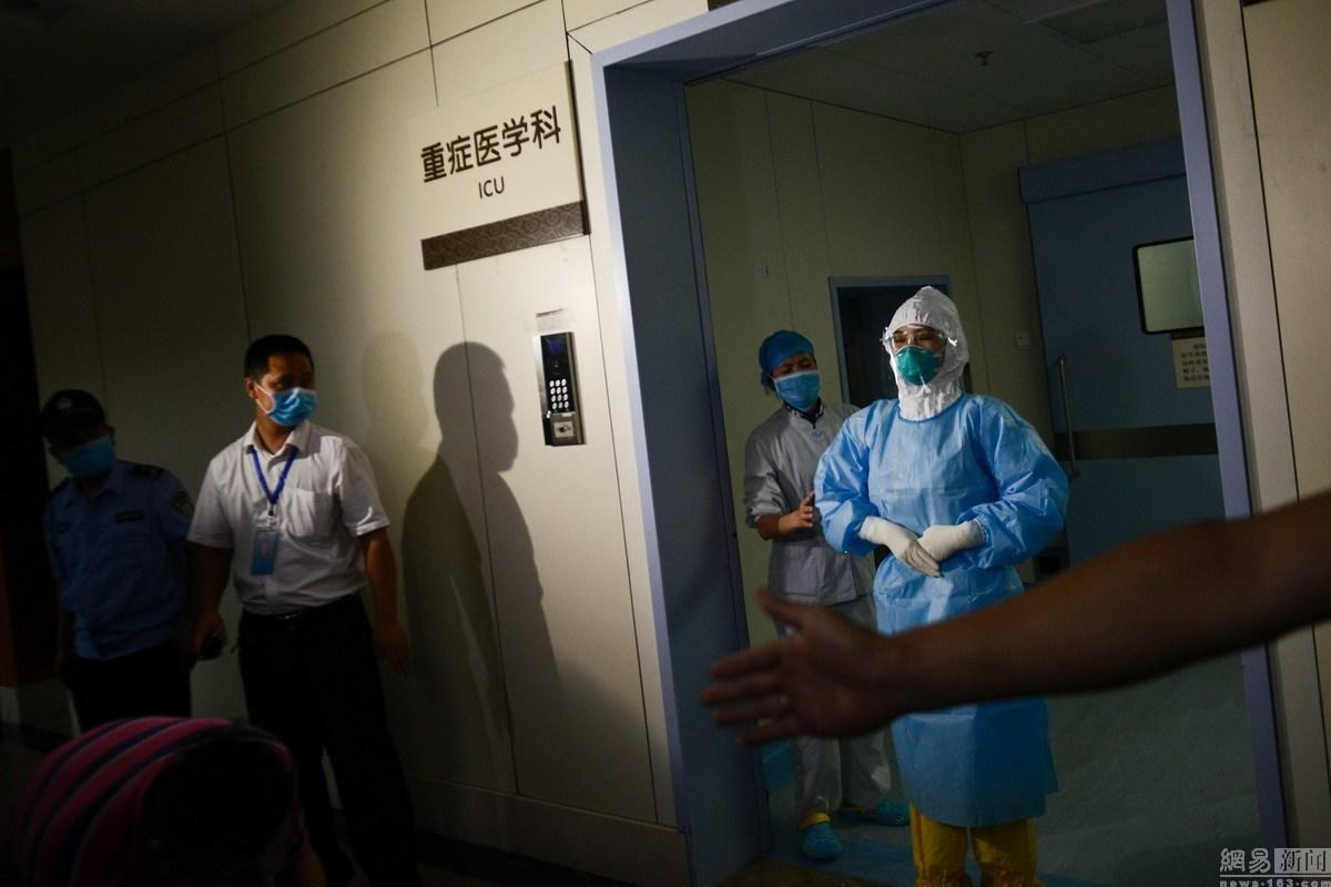 6月1日,广东省惠州市,惠州市中心人民医院,重症监护室的医护人员在展示隔离区的防护服