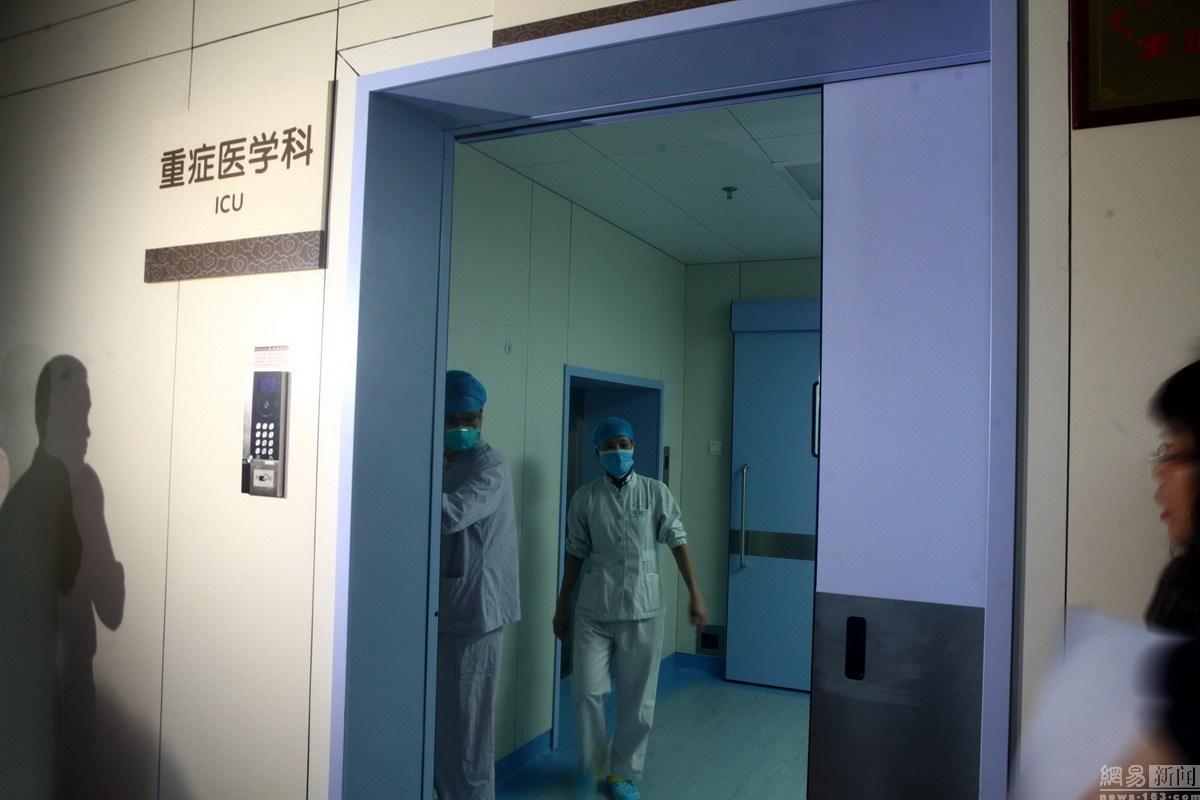 医护人员走出ICU的负压病房
